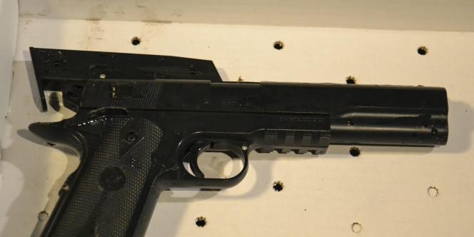 Une réplique du faux pistolet qu'avait en sa possession l'enfant de12ans lorsqu'il a été tué.