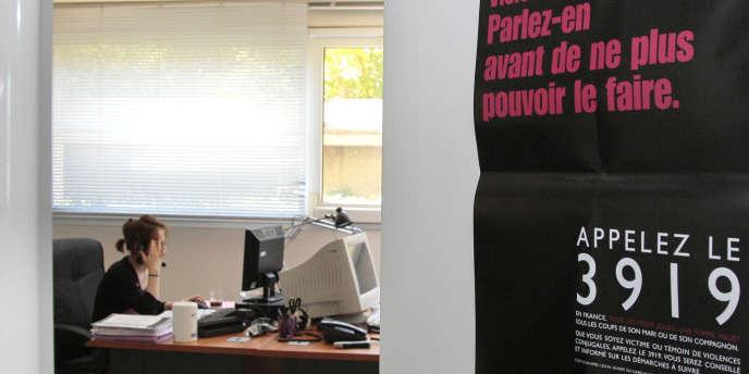 Une écoutante de la plate-forme téléphonique du 3919, numéro d'appel unique destiné aux femmes victimes de violences conjugales, le 20 mai 2010 à Paris.