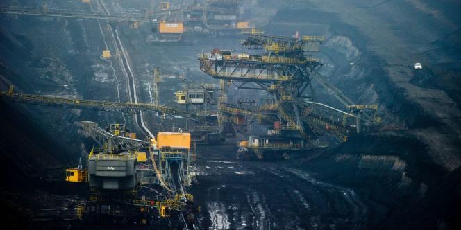 Selon un rapport mandaté par la fédération de l'industrie allemande BDI, renoncer à certaines centrales au charbon ferait grimper les prix pour les clients industriels de15% d'ici à2020, et coûterait 74000emplois «0ádirects et indirects».