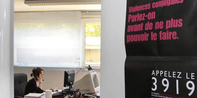 Une écoutante de la plateforme téléphonique du 3919, numéro d'appel unique destiné aux femmes victimes de violences conjugales.