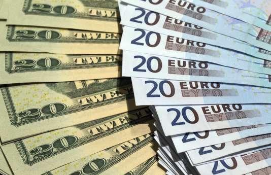 Les étudiants américains démarrent leur carrière lestés d'une dette de 30 000 à plus de 100 000 euros en moyenne qui a servi à financer leurs études.