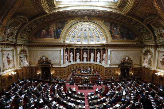 Une vue générale présente les sénateurs qui assistent à une allocution du premier ministre français sur la réforme territoriale , le 28 Octobre 2014, au Sénat à Paris . AFP PHOTO / FRANCOIS GUILLOT