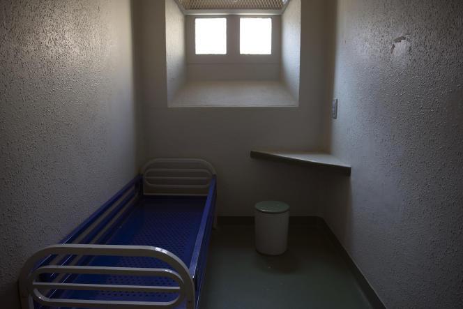 Une cellule individuelle n'est pas une pièce avec une personne dedans ; mais, selon la circulaire du 3 mars 1988 de l'administration pénitentiaire, une cellule d'une place, c'est-à-dire de moins de 11 m2.