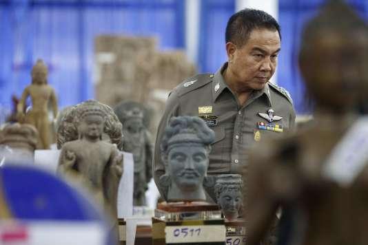Des statues de Bouddha saisies dans le cadre d'une opération anticorruption visant notamment des proches de la princesse, le 26 novembre 2014, à Bangkok.