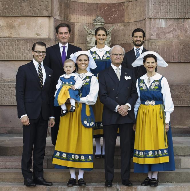 Le roi Carl XVI Gustaf et  la reine Silvia  (à droite) entourés  de leurs enfants le 6 juin 2013, jour de la  fête nationale suédoise.  Au premier rang, le prince Daniel, époux de l'héritière du trône Victoria,  à son côté avec sa fille Estelle. Au deuxième rang, Chris O'Neill et  sa femme,  la princesse Madeleine,  et le prince  Carl Philip.