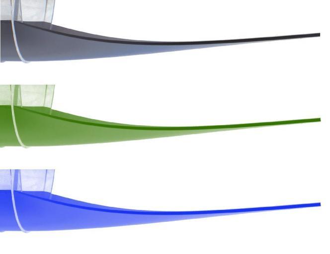 Trois images (identiques) de l'expérience de courbure d'une feuille de plastique