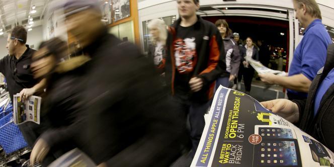 Des Américains se précipitent dans un magasin de Oakland pour le