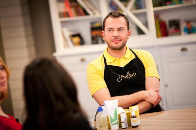 L'aromathérapeute Julien Kaibeck sur le plateau télé de Sans Chichis – RTBF.