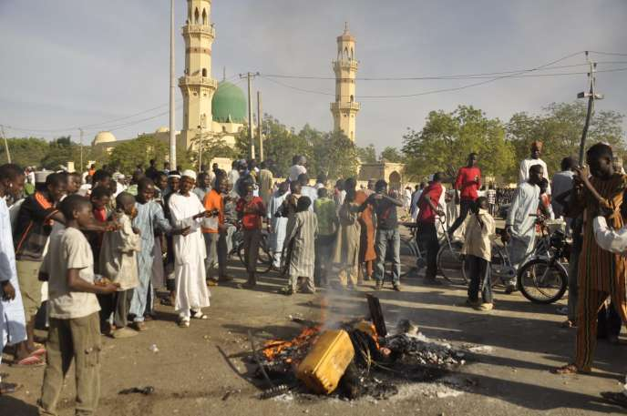 L'attaque de la grande mosquée de Kano au Nigeria, le 28 novembre 2014, a été menée par deux kamikazes et des hommes armés.