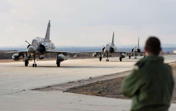 Sur la base Prince Hassan, en Jordanie, l'arrivée des trois premiers Mirage 2000-D français, le 28 novembre 2014.