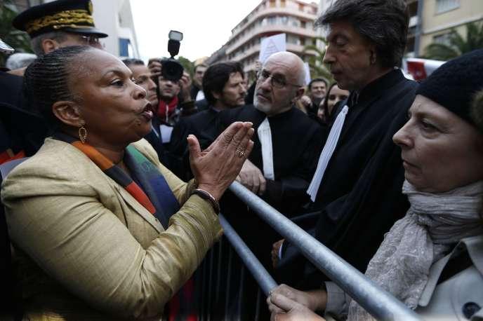 La ministre de la Justice Christiane Taubira  parle à un avocat  lors d'une manifestation en marge du