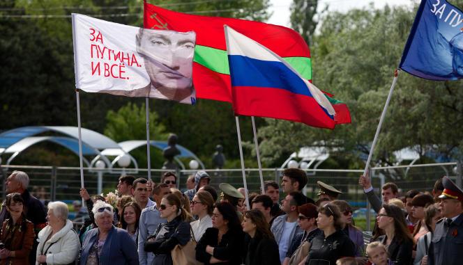 Des habitants de Tiraspol, la plus grande ville de Transnistrie, manifestent leur soutien à Vladimir Poutine, le 9 mai 2014.