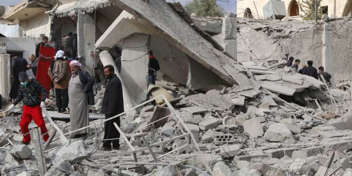 Des ruines à Rakka, dans le nord de la Syrie, au lendemain d'un raid aérien du régime syrien, le 27 novembre.