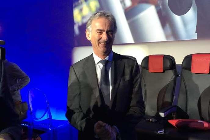 Frédéric Gagey, le PDG d'Air France, devant les nouveaux sièges des vols moyen-courrier de la compagnie aérienne.