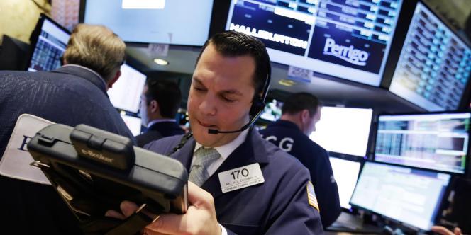 Un trader à la Bourse de New York le 28novembre, alors que les cours du pétrole chutent lourdement à la suite d'une réunion de l'Organisation des pays exportateurs de pétrole.