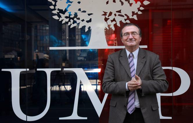 Hervé Mariton devant le siège de l'UMP à Paris, le 29 novembre.