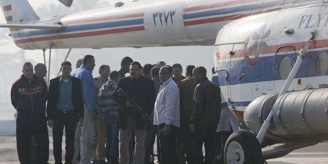 M. Moubarak, 86 ans, a été transporté en hélicoptère de l'hôpital militaire duCaire, où il est incarcéré, au tribunal, installé dans une académie de police.