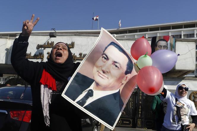Des partisans de l'ancien président Hosni Moubarak saluent son acquittement samedi au Caire.