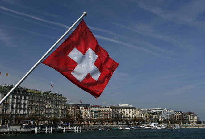 Un drapeau suisse sur le pont du Mont-Blanc, au-dessus du lac Leman, à Genève, le 21mars 2014.