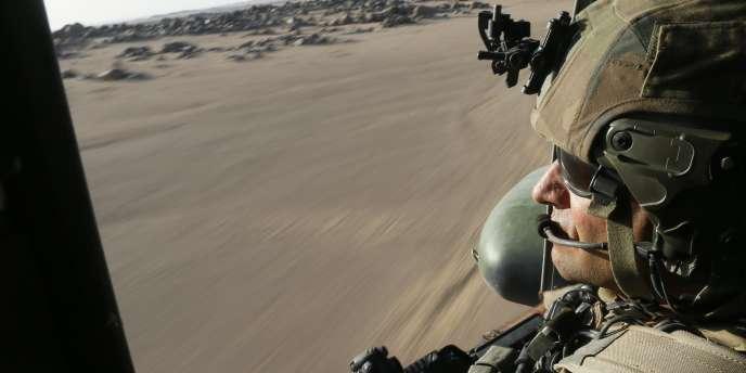 Un militaire français dans un hélicoptère survolant le Mali, au mois demars2013.