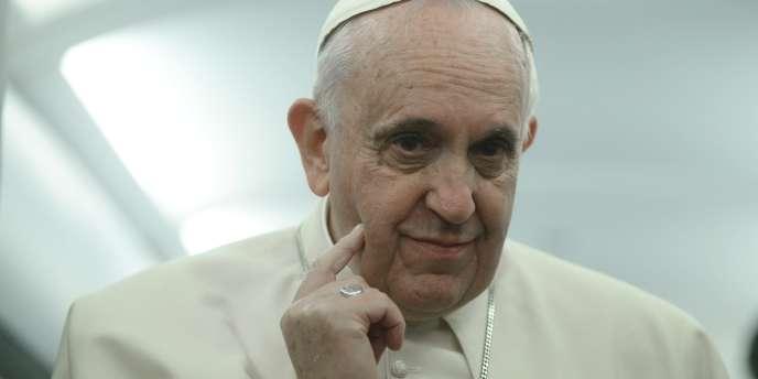 Le Pape François dans l'avion qui le ramène à Rome après son voyage en Turquie, le 30 novembre.