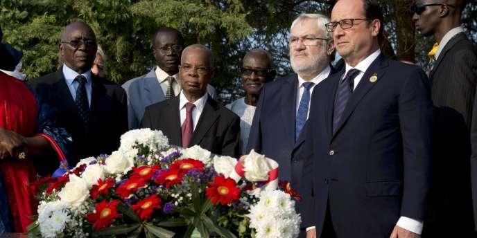 En marge du sommet de la francophonie à Dakar, le président a rendu hommage à Léopold Sédar Senghor, qui fut le premier chef d'Etat du pays après son indépendance.