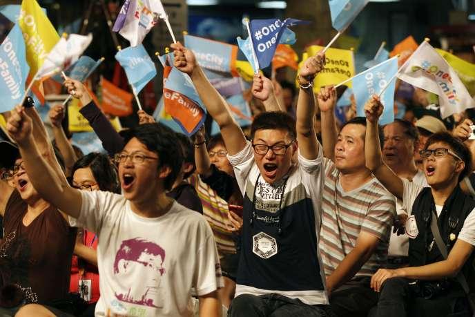 Des partisans de Ko Wen-je, élu maire de Taipei, le 29 novembre.