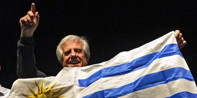 Tabaré Vazquez, qui fut le premier président de gauche d'Uruguay et a été élu dimanche à un nouveau mandat, est un cancérologue de 74 ans au style plus classique pour succéder au truculent José Mujica.