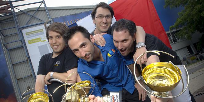 Raphaël Lévy, au centre, après la victoire de l'équipe de France au championnat du monde par équipe de Magic en 2013.