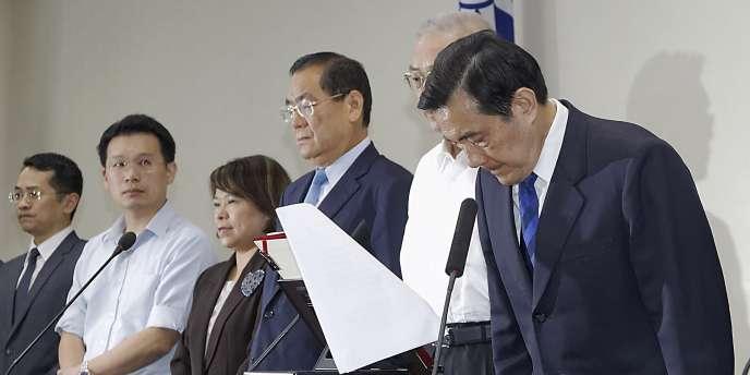 Les 81 membres du gouvernement géreront les affaires courantes le temps que le président Ma Ying-jeou désigne un nouveau premier ministre.
