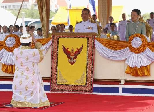 Le futur roi Maha Vajiralongkorn et son épouse Srirasmi à Bangkok en 2013.