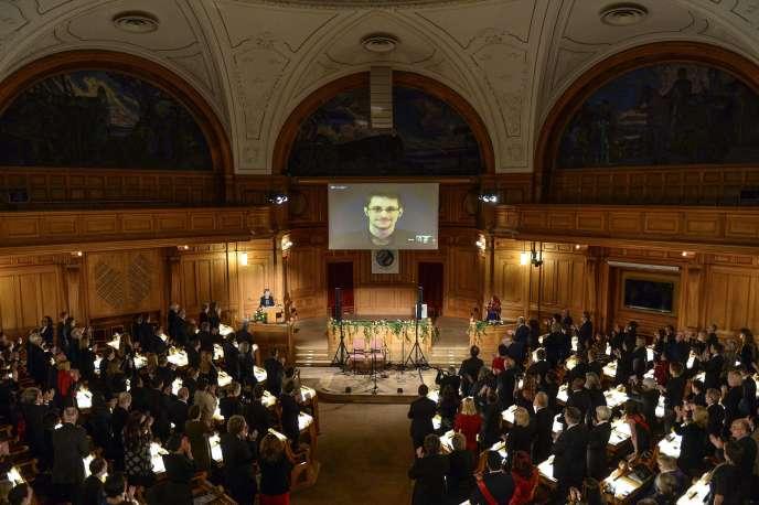 Edward Snowden se voit décerner son prix avant son discours par vidéoconférence, le 1er décembre.