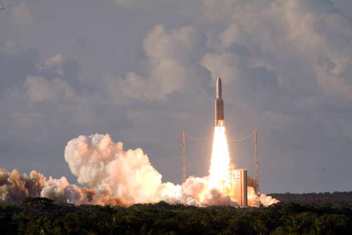 Lancement d'un satellite Eutelsat 25B/ Es'hail1 (France/Qatar) par une fusée Ariane-5 sur la base française de Kourou, en août 2013.