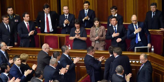 Les membres du Parlement ukrainien applaudissent le premier ministre et ses ministres fraîchement nommés, le 2 décembre à Kiev.