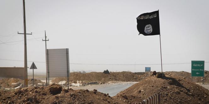 Un drapeau de l'EI sur une route entre Tikrit et Kirkouk au nord de Bagdad.