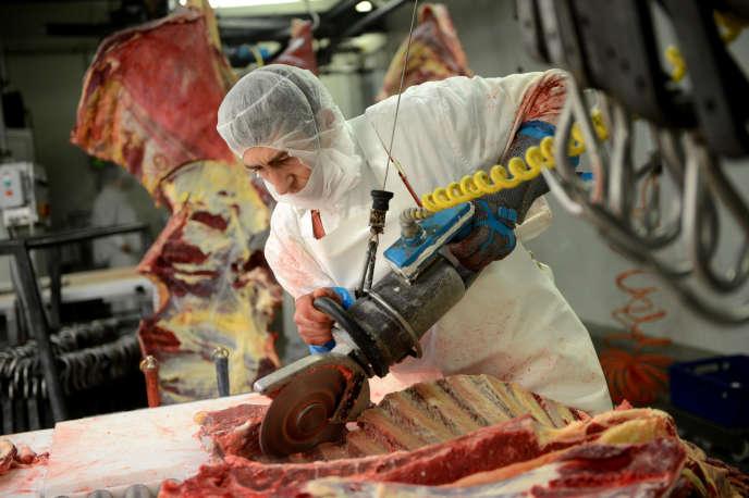 Un travailleur dans un abattoir roumain en 2013.