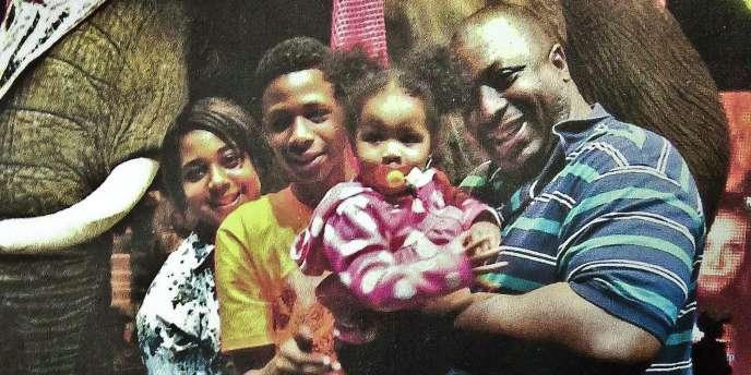 Eric Garner, à droite, avec ses enfants dans une photo de famille non datée publiée par l'ONG National Action Network.