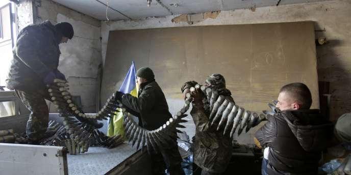 Des soldats ukrainiens chargent des munitions sur un camion dans les alentours de l'aéroport de Donetsk, le 3 décembre.