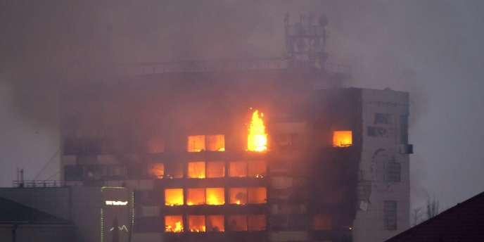Les combats ont débuté à un rond-point de Grozny. Ils se sont ensuite poursuivis dans un immeuble qui abritait des médias, en feu, et dans une école.