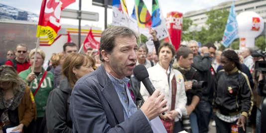 Jean-Marc Canon (C), secrétaire général de l'UGFF-CGT s'adresse à côté de la secrétaire générale de la FSU Bernadette Groison (C,D) à des centaines de fonctionnaires rassemblés devant le ministère de l'Economie et des Finances à Bercy, le 31 mai 2011 à Paris, où une délégation des syndicats de la Fonction publique a été reçue à la mi-journée pour évoquer la politique salariale du gouvernement.  AFP PHOTO BERTRAND LANGLOIS