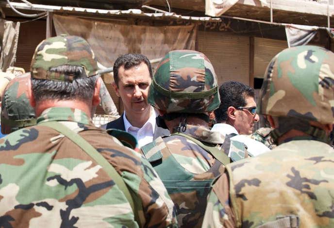 Photo publiée par la présidence syrienne sur Facebook le 1er août 2013, montrant le président Bachar Al-Assad et ses troupes à Daraya.