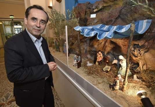Pour ses premières fêtes de Noël à la tête de Béziers, Robert Ménard installe une crèche à l'intérieur de l'hôtel de ville.