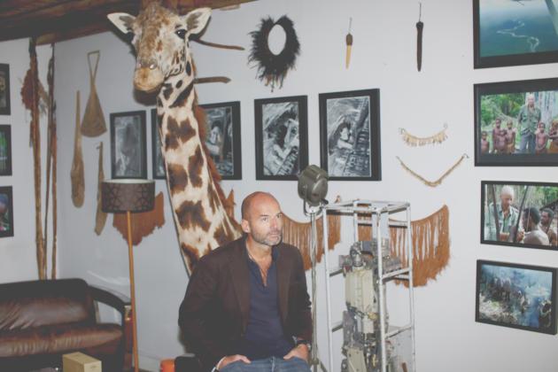 Dans son hôtel particulier du 7e arrondissement, Bruno Ledoux vit au milieu des souvenirs de voyage et des animaux empaillés.