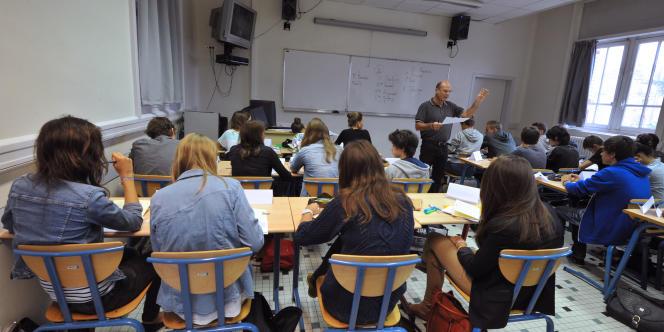 Un professeur devant sa classe du collège Guist'hau de Nantes.