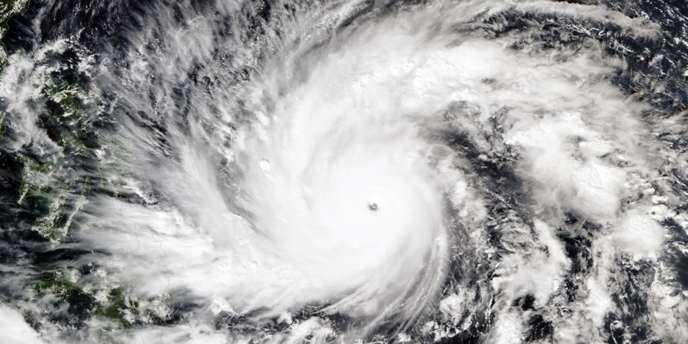 La tempête, qui serait la plus importante à toucher les Philippines cette année, pourrait déferler samedi ou dimanche sur les régions du centre-est de l'archipel dévastées voici un an par le super-typhon Haiyan.
