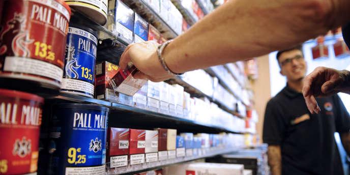 L'emballage de cigarettes sans logo devrait donc être obligatoire dans les débits de tabac en mai 2016.