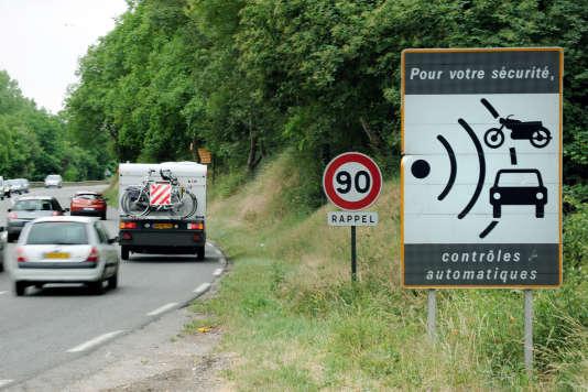 Des voitures passent le 2 juin 2011 devant un panneau indiquant la proximité d'un radar sur une route nationale près de Vienne, dans le Rhône.