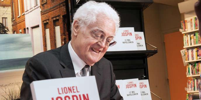 L'ancien premier ministre Lionel Jospin lors d'une séance de dédicaces de son livre