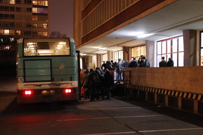 A Paris, devant un centre de relogement d'urgence pour les SDF.