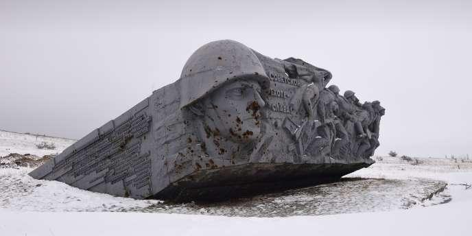 A Saur Mogila, une colline de la région de Donetsk tenue par les combattants séparatistes : monument à la gloire des soldats de l'Armée rouge morts durant la seconde guerre mondiale.